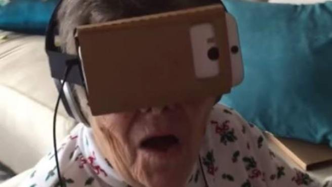 Una anciana y su reacción al ponerse unas gafas de realidad virtual son virales por Internet.