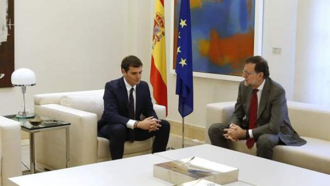 Mariano Rajoy recibe a Albert Rivera en la ronda de contactos del presidente en funciones para llegar a un acuerdo que le permita formar Gobierno.