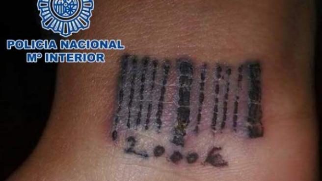 Tatuaje que dos clanes de explotación sexual imprimían a mujeres en el que reflejaban la deuda que estas mantenían con los proxenetas.