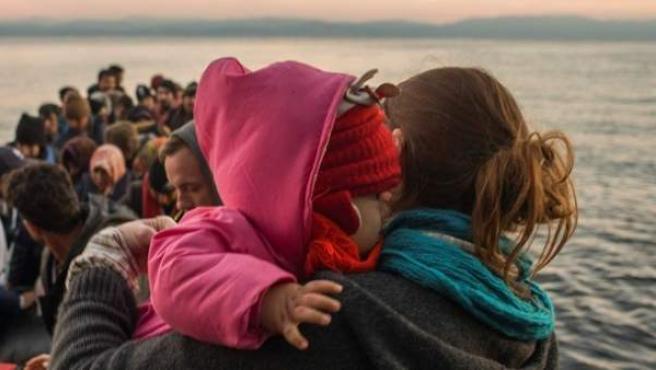 Imagen de archivo de niños refugiados en una lancha.