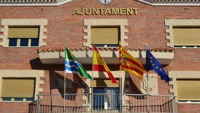 Fachada del Ayuntamiento de Mequinenza (Zaragoza).