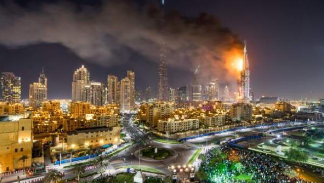 Vista general del hotel The Address Hotel en llamas, jueves 31 de diciembre de 2015, en Dubái (Emiratos Árabes Unidos).