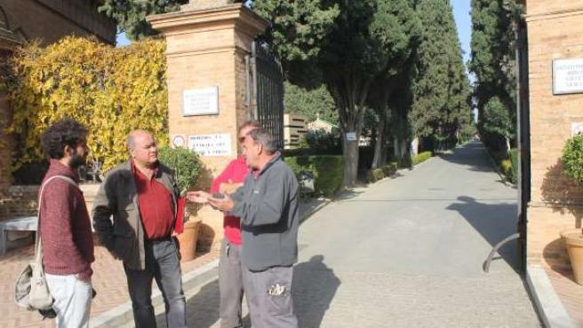 El concejal de Participa Sevilla Julián Moreno ante cementerio de San Fernando