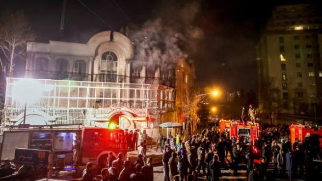 La embajada de Arabia Saudí en Teherán, en llamas como protesta por la ejecución de Nimr Baqir al Nimr.