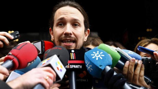 El líder de Podemos, Pablo Iglesias, atiende a los medios de comunicación a su llegada al Consejo Ciudadanos de la formación, que se reúne este domingo en Madrid para analizar la situación tras las elecciones del 20 de diciembre.