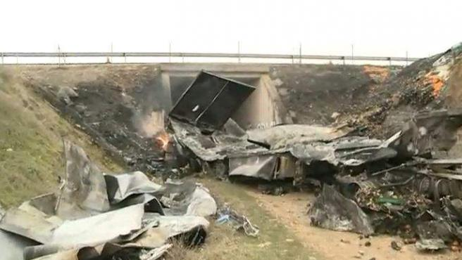 Un camión cae por un puente y arde en Burgos provocando la muerte de sus dos ocupantes.