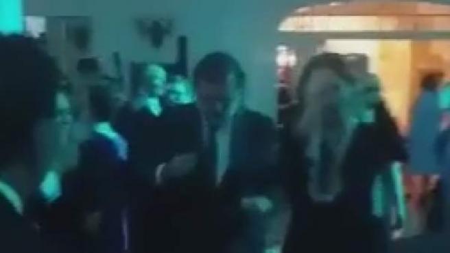 Rajoy, moviéndose a ritmo de Raphael.