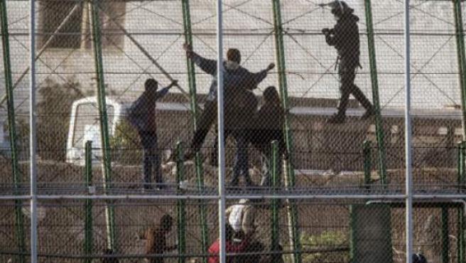 Ciudadanos subsaharianos en la valla que separa Melilla de Marruecos en una foto de archivo.