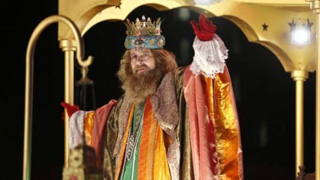 El rey Gaspar saluda desde su carroza durante la cabalgata de los Reyes Magos en Madrid.