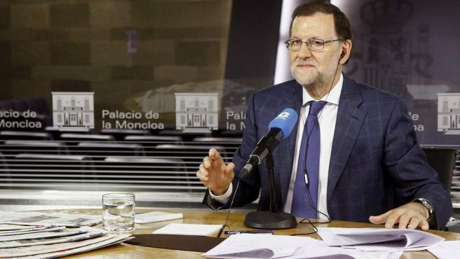Fotografía facilitada por Presidencia del Gobierno, del jefe del Ejecutivo, Mariano Rajoy, durante la entrevista que ha concedido a la Cadena COPE.