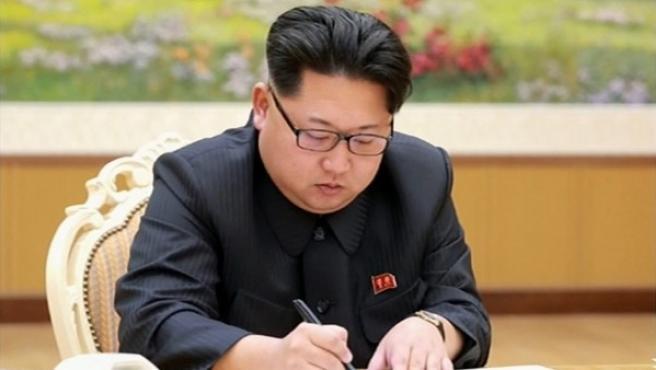 Fotografía sin fecha publicada por la agencia North Korean Central (KCNA) y proporcionada por la agencia Yonhap, muestra al líder norcoreano Kim Jong-un durante la firma de la orden para la prueba de la bomba de hidrógeno.