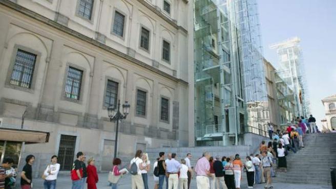 Una imagen de archivo que muestra colas de visitantes ante el Reina Sofía.