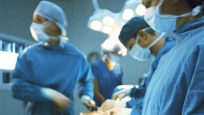 Un grupo de cirujanos y sus instrumentos durante una intervención, en una imagen de archivo.