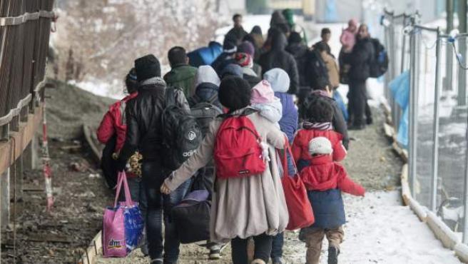 Refugiados esperan para subirse a un tren en Alemania.