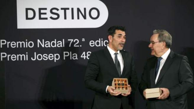 """El escritor barcelonés Víctor del Árbol (i), ganador del 72 Premio Nadal de novela con su novela """"La víspera de casi todo"""", charla con el periodista Lluís Foix, ganador del 48 Premio Josep Pla."""
