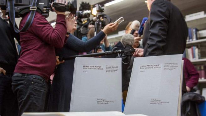 Copias de la edición crítica de 'Hitler, Mein Kampf' son expuestos sobre una mesa durante una rueda de prensa en Múnich (Alemania)