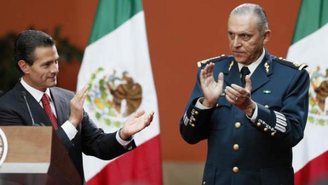 El presidente de México Enrique Peña Nieto (i) aplaude junto al secretario de la Defensa Nacional (d) Salvador Cienfuegos Zepeda .