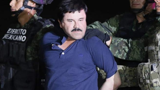 El narcotraficante Joaquín 'El Chapo' Guzmán (c) es conducido a un helicóptero de la Marina Armada de México, en la capital mexicana tras su recaptura en la ciudad de Los Mochis, Sinaloa (México). La fiscal general de México, Arely Gómez, informó que una de las razones de la captura del narcotraficante Joaquín 'El Chapo' Guzmán este viernes fue el descubrimiento de que el capo de las drogas había iniciado contactos con gente del mundo del cine para rodar una película.