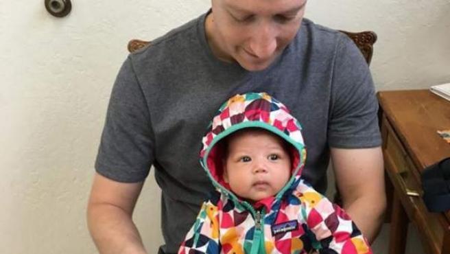 Imagen de Mark Zuckerberg, fundador de Facebook, con su hija Max antes de que la pequeña sea vacunada.