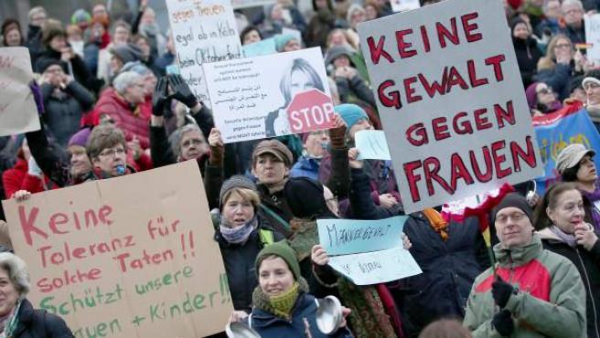 Manifestación en las inmediaciones de la catedral de Colonia en contra del racismo y el sexismo tras las agresiones múltiples acontecidas en Nochevieja en la ciudad.