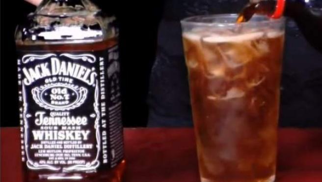 Imagen de la preparación de un Jack Daniel's con Cola-Cola.