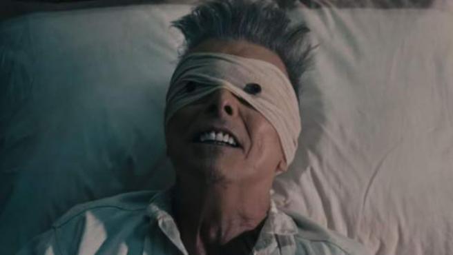 David Bowie con los ojos vendados en el videoclip 'Lazarus'.