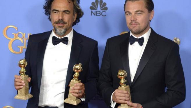 El director mexicano Alejandro Iñárritu y el actor Leonardo Di Caprio con sus Globos de Oro por 'El renacido'.
