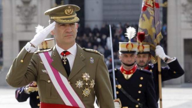 El rey Felipe VI saluda a su llegada al Palacio de Oriente donde ha presidido hoy la celebración de la Pascua Militar, acompañado por la reina Letizia, a la que han asistido representantes de las instituciones del Estado, los tres Ejércitos y la Guardia Civil.