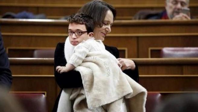 Uno de los 'memes' que circulan por las redes sociales en el que Íñigo Errejón interpreta al bebé de Carolina Bescansa.