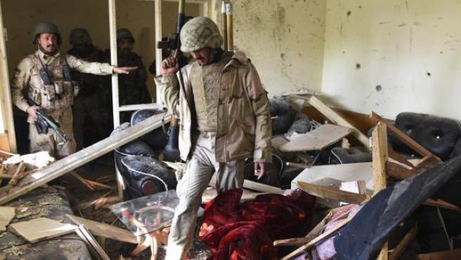 <p>Soldados afganos inspeccionan el interior del consulado de Paquistán en la ciudad de Jalalabad tras el atentado suicida reivindicado por el Estado Islámico.</p>