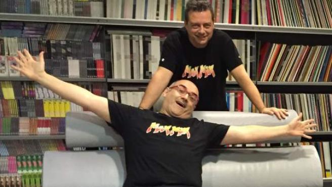 Mike Platinas (sentado) y Toni Peret, en una imagen reciente con motivo del lanzamiento de 'Max Mix 30 Aniversario'.