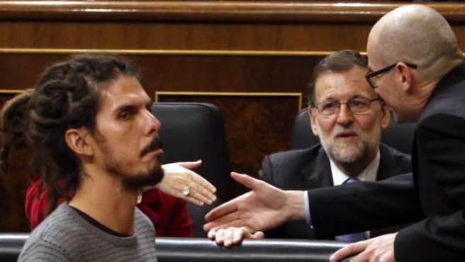 Rajoy observa al diputado de Podemos, Alberto Rodríguez.