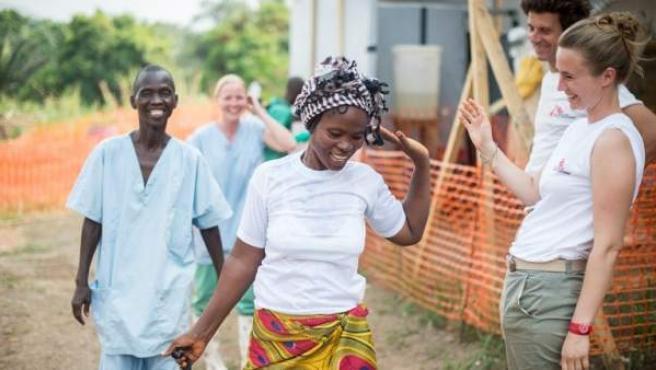 Miembros del equipo sanitario de Médicos sin fronteras en uno de los centros instalados para la lucha contra el ébola en los países de África afectados por la epidemia.