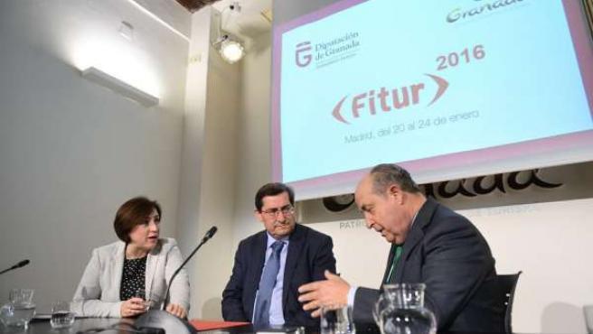El alcalde de Granada, José Torres Hurtado, con José Entrena y Sandra García