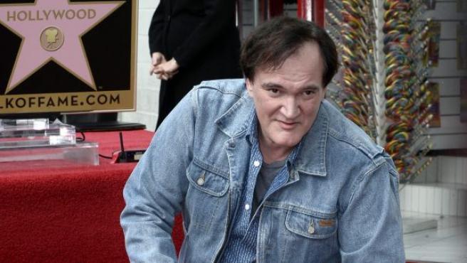 El escritor y director estadounidense Quentin Tarantino posa junto a su estrella, durante una ceremonia en el Paseo de la Fama, en Hollywood (EE UU).