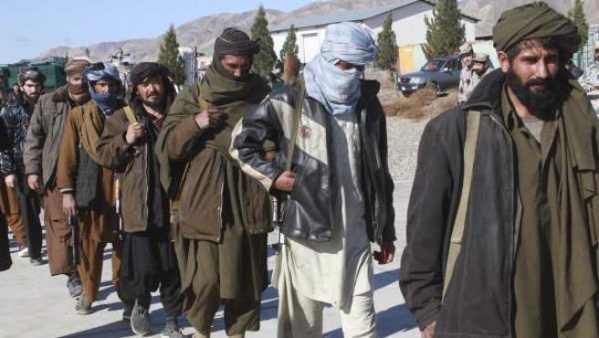 Una treintena de exmilicianos talibanes, este lunes, en una ceremonia de rendición y entrega de sus armas. A pesar de la caída del régimen talibán, los derechos de las mujeres son sistemáticamente vulnerados.