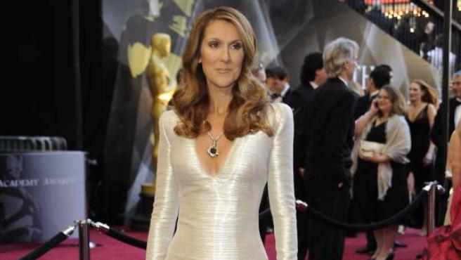 Celine Dion posa elegante para los fotógrafos.