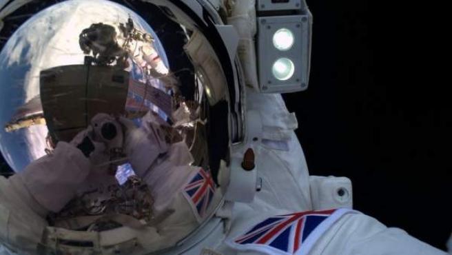 El astronauta británico Tim Peake se hizo este 'selfie' durante un paseo espacial.