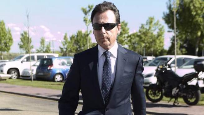 El periodista Matías Prats, con gafas de sol en el funeral de Jesús Hermida.
