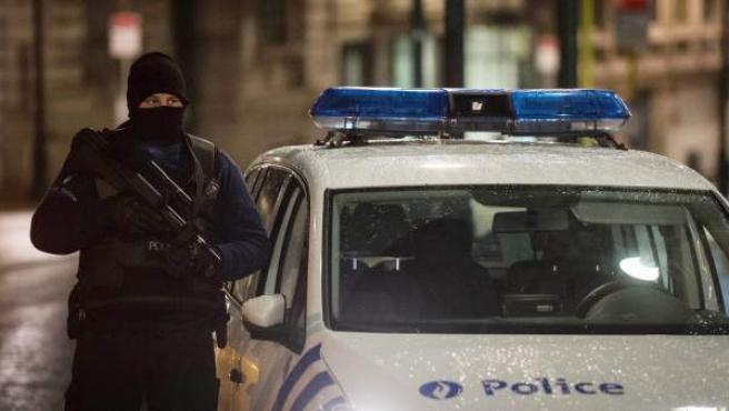 Un agente de la Policía belga vigila una calle del centro de Bruselas en el marco de la operación contra el terrorismo que tiene abierta contra el terrorismo yihadista.