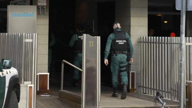 La Guardia Civil registra la sede de la empresa Aguas de las Cuencas Mediterráneas.