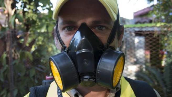 Un operario fumigando contra el virus zyka en Paraguay.