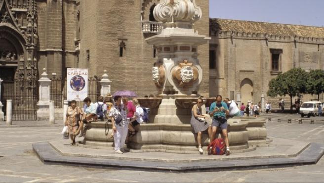 Un grupo de turistas, en el centro de Sevilla.