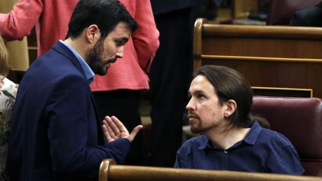 El líder de Podemos, Pablo Iglesias, conversa con el diputado de IU-Unidad Popular Alberto Garzón durante la sesión constitutiva del Congreso.