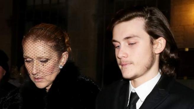 Celine Dion y su hijo René Charles, en la primera ceremonia de despedida de René Angélil.
