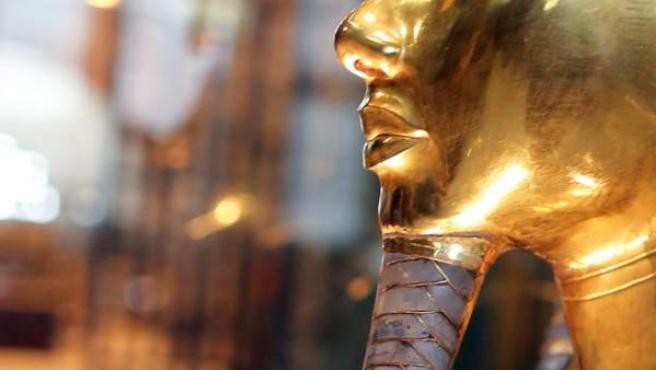 La barba de Tutankamón pegada al rostro tras el incidente que la despegó.
