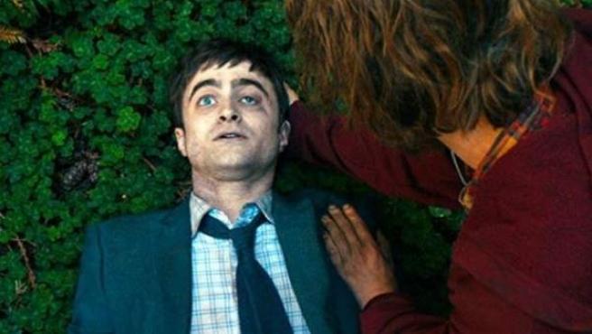 Imagen promocional de 'Swiss Army Man', la última película de Daniel Radcliffe.