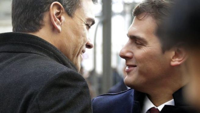 Los líderes del PSOE y Ciudadanos, Pedro Sánchez (i) y Albert Rivera, cruzan unas palabras a su llegada al Congreso para asistir a la constitución de las nuevas Cortes Generales emanadas de las elecciones generales del pasado 20 de diciembre.