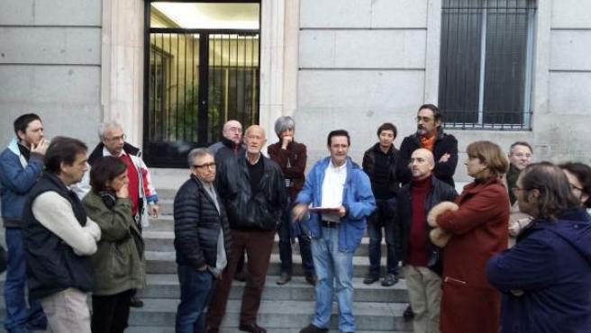 Los afectados por las multas en las Áreas de Prioridad Residencial (APR) de Madrid en la asamblea celebrada en el Barrio de las Letras.
