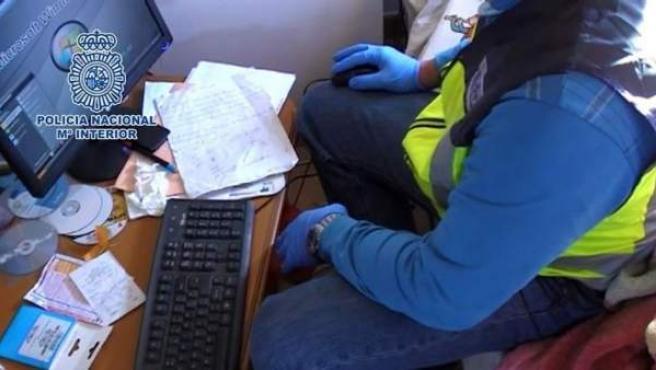 Imagen de archivo de un agente de la Policía Nacional ante un caso de estafa.